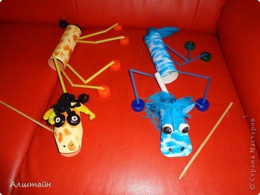 """Как интересно для ребёнка, сначала создать игрушку своими руками, а потом """"оживить"""" её - заставить её двигаться. Научиться управлять не только своим телом, но и телом игрушки.  Для этого идеально подходит марионетка! Игра с ней развивает у ребёнка координацию движений, мелкую моторику и глазомер. Представляю Вашему вниманию Марионетку из """"мусора"""" (трубочки от туал. бумаги, трубочки коктейльные, крышки от пластиковых бутылок). фото 2"""