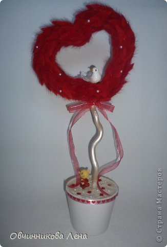 Эта валентинка получилась в высоту почти 50 см. Использовала основу сердце из пенопласта, лагурус, бусины, ленты, птичка. в горшочке сизаль, стрызы-камушки, подставка медвежонок.