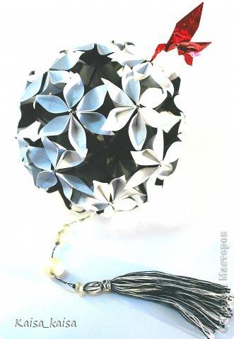 Всем привет!  Захотелось увидеть Иридессу в черно-белом-  сама по себе она очень изящная, а в цвете кажется аляповатой...:)  Name: Iridessa Designer: Uniya Filonova Units: 30 Paper: 5 x 14.4 cm ( 1 : 2,88 ) https://stranamasterov.ru/node/648958?c=new_850%2C451  фото 2