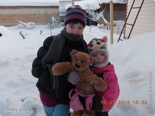 Связала внучке,взамен оставшегося в Москве,медведя. Того она таскала за собой всюду,хоть он по размерам был не маленький,правда мягкий,не набитый плотно.Этот тоже специально не набитый,мягкий,меньше по размеру-50см,от головы до пят.Спит с ним,даже в сад таскает.ДРУГ. фото 3