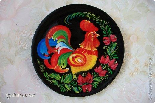 Добрый день дорогие мастера!!!Снова выставляю роспись деревянных тарелок диаметром 17 см. На сей раз петушки. Краски- акрил, темпера..
