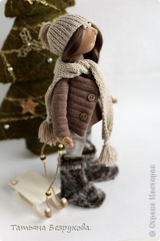 """Текстильная кукла """"Энн"""" с санками."""