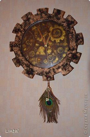 """Я ещё никогда не делала ничего с часами,но вот пришла идея,творческий порыв и... получились такие часы. На них нет циферок,но есть большая шестерёнка, красные прелестные стразики на """"лепесточках"""" шестерёнки показывают часы. А внутренние заклёпочки- минутки. Поэтому, время понять можно."""