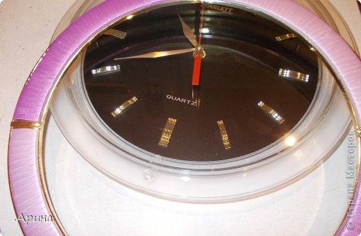 Добрый день, дорогие мастерицы! Представляю вашему вниманию свои часы, точнее как я их преобразила. Раньше у меня был интерьер в комнате в зелёном цвете, соответственно и часы я подбирала с зелеными вставками, но после ремонта жалко было выбрасывать, тем более они мне так нравились, пришла идея изменить зелень на сиреневый цвет (в тон дизайна комнаты)... И вот что получилось.... фото 8