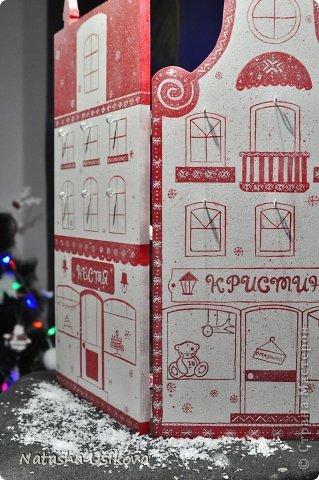 Добрый всем день!!!! И хоть Новогодние и Рождественские праздники давно позади, я хочу показать Вам то, что я сделала в конце прошлого года для деток своей подруги. Это рождественский календарь из дерева-2 маленьких магазинчика или 2 рождественские лавки фото 6
