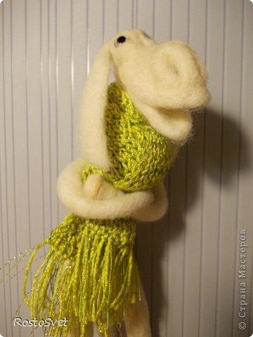 В холодное время года так хочется тепла... Сваляла любопытного ослика и небольшой аксессуар.  фото 3