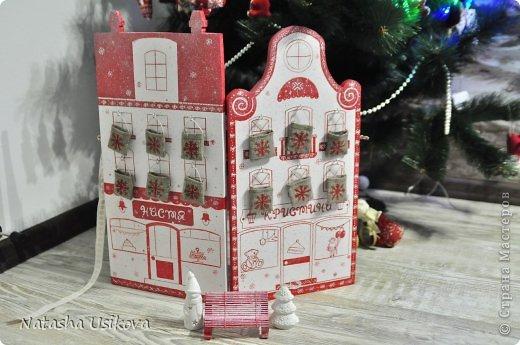 Добрый всем день!!!! И хоть Новогодние и Рождественские праздники давно позади, я хочу показать Вам то, что я сделала в конце прошлого года для деток своей подруги. Это рождественский календарь из дерева-2 маленьких магазинчика или 2 рождественские лавки фото 12