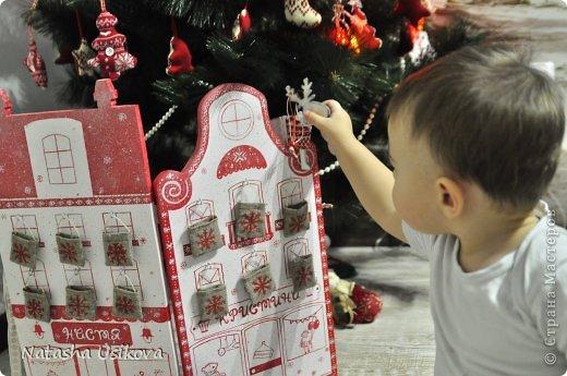 Добрый всем день!!!! И хоть Новогодние и Рождественские праздники давно позади, я хочу показать Вам то, что я сделала в конце прошлого года для деток своей подруги. Это рождественский календарь из дерева-2 маленьких магазинчика или 2 рождественские лавки фото 23