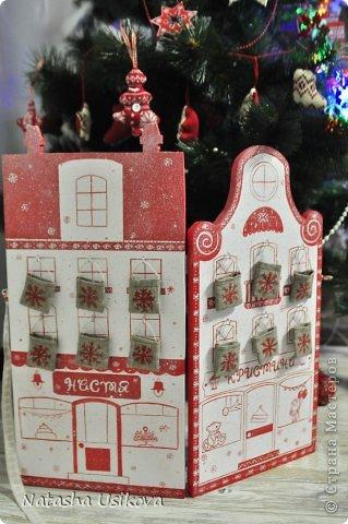 Добрый всем день!!!! И хоть Новогодние и Рождественские праздники давно позади, я хочу показать Вам то, что я сделала в конце прошлого года для деток своей подруги. Это рождественский календарь из дерева-2 маленьких магазинчика или 2 рождественские лавки фото 7