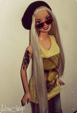 """Накопилось у меня много кукольной одежды которую я еще не показывала. И так, начнем:  1) """"Майка фаната"""" Майка сшита из трикотажа желтого цвета, украшена принтом с изображением Курта Кобейна фото 1"""