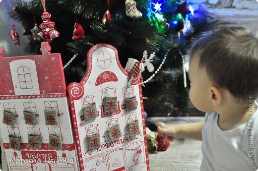 Добрый всем день!!!! И хоть Новогодние и Рождественские праздники давно позади, я хочу показать Вам то, что я сделала в конце прошлого года для деток своей подруги. Это рождественский календарь из дерева-2 маленьких магазинчика или 2 рождественские лавки фото 24