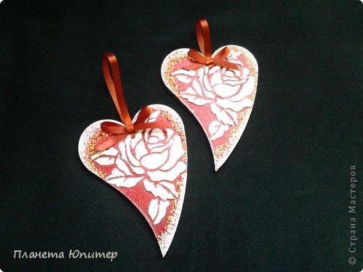 Здравствуйте, дорогие друзья! Хочу показать вам еще парочку пламенных сердец, которые я  сделала ко Дню Святого Валентина. Муж привез мне несколько заготовок, среди них были и эти. Мне очень нравится именно эта форма. К тому же буквально на днях мне попался неплохой, достаточно простой МК  по декорированию именно таких изделий. Вот он - http://www.liveinternet.ru/users/planeta_yu/post309767951/.  фото 2