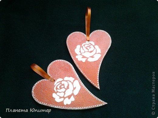Здравствуйте, дорогие друзья! Хочу показать вам еще парочку пламенных сердец, которые я  сделала ко Дню Святого Валентина. Муж привез мне несколько заготовок, среди них были и эти. Мне очень нравится именно эта форма. К тому же буквально на днях мне попался неплохой, достаточно простой МК  по декорированию именно таких изделий. Вот он - http://www.liveinternet.ru/users/planeta_yu/post309767951/.  фото 4