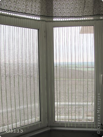 """соорудила такое """"нечто"""" в качестве шторы для балкона, длина 4.5 метра. верх из батиста, по верхнему краю из той же ткани пришила рюшик, обвязка и цепочки воздушных петель крючком. предназначение шторы скорей декоративное, кроме того, главным принципом было сохранение освещенности для """"леса"""", расположенного на этом самом балконе, поэтому штора такая символическая ) фото 2"""