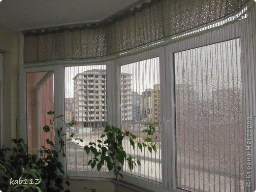 """соорудила такое """"нечто"""" в качестве шторы для балкона, длина 4.5 метра. верх из батиста, по верхнему краю из той же ткани пришила рюшик, обвязка и цепочки воздушных петель крючком. предназначение шторы скорей декоративное, кроме того, главным принципом было сохранение освещенности для """"леса"""", расположенного на этом самом балконе, поэтому штора такая символическая ) фото 1"""