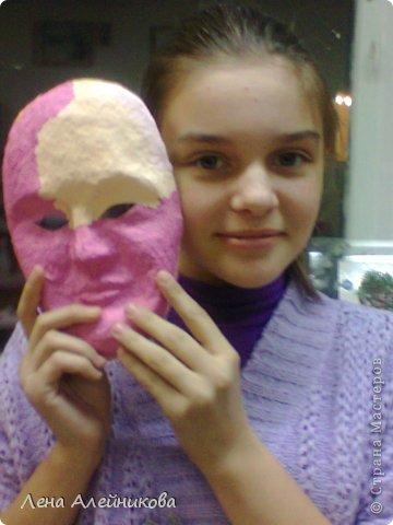 """Карнавальная маска """"Флора"""" получила абсолютное первенство на областной выставке-конкурсе """"Зимняя сказка"""" в декабре 2013 года. Вся маска выклеена цветными нитками, цветы и бабочка на маске выполнены в технике макраме. фото 3"""