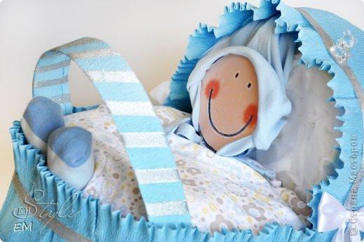 Всем снова здравствуйте!!!  Сегодня я к вам с подарками для новорожденных малышей) Этот вид творчества для меня пока новый, да и практиковаться постоянно нет возможности - поскольку работа делается по факту рождения очередного малыша у родных-знакомых или по факту заказа со стороны) Но работается всегда с удовольствием. МК не делала - много информации есть в сети. Я пользовалась вот этим МК для коляски: http://www.liveinternet.ru/users/luyda52/post281065161/. Спасибо автору!!! А вам спасибо за внимание и приятного просмотра) фото 2