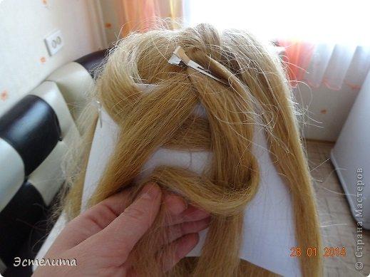Здравствуйте уважаемые мастерицы! Моей дочери нравится, когда я заплетаю ей круглую косу. Смотрится красиво и заплетать быстро.   Попробуйте и Вы! фото 4