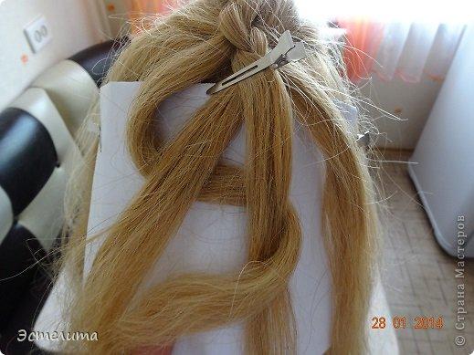 Здравствуйте уважаемые мастерицы! Моей дочери нравится, когда я заплетаю ей круглую косу. Смотрится красиво и заплетать быстро.   Попробуйте и Вы! фото 6
