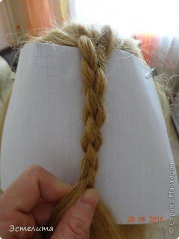 Здравствуйте уважаемые мастерицы! Моей дочери нравится, когда я заплетаю ей круглую косу. Смотрится красиво и заплетать быстро.   Попробуйте и Вы! фото 7