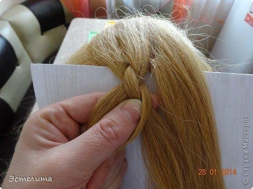 Здравствуйте уважаемые мастерицы! Моей дочери нравится, когда я заплетаю ей круглую косу. Смотрится красиво и заплетать быстро.   Попробуйте и Вы! фото 8