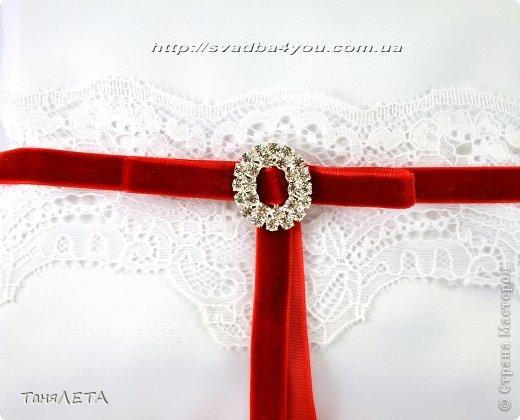 Свадебная подушечка с нежным кружевом и бархатной лентой фото 2