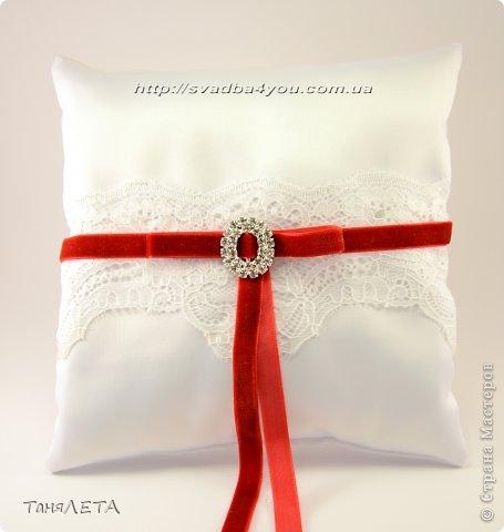 Свадебная подушечка с нежным кружевом и бархатной лентой фото 3