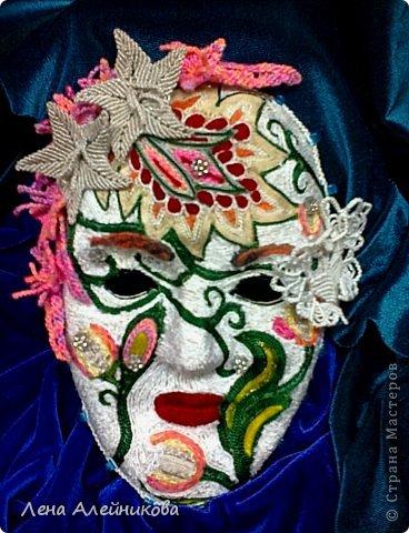"""Карнавальная маска """"Флора"""" получила абсолютное первенство на областной выставке-конкурсе """"Зимняя сказка"""" в декабре 2013 года. Вся маска выклеена цветными нитками, цветы и бабочка на маске выполнены в технике макраме. фото 1"""