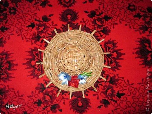 Вот такую шляпку можно приготовить маме к празднику из бумажных трубочек и остатков атласных лент.  фото 2