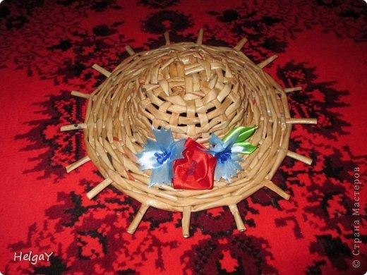 Вот такую шляпку можно приготовить маме к празднику из бумажных трубочек и остатков атласных лент.  фото 1