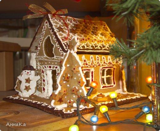 Пряничный съедобный домик с елками, карамельными окошками и съемной крышей, под которой лежат подарки) фото 2