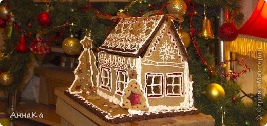Пряничный съедобный домик с елками, карамельными окошками и съемной крышей, под которой лежат подарки) фото 1