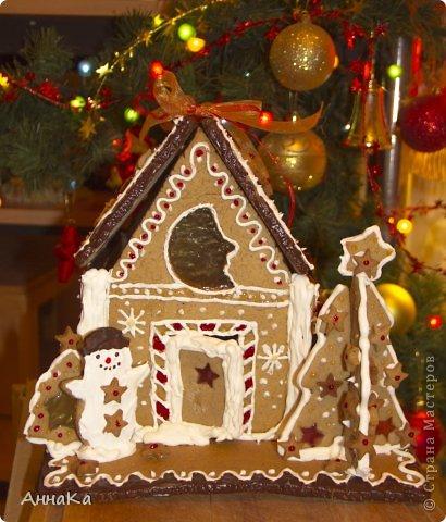 Пряничный съедобный домик с елками, карамельными окошками и съемной крышей, под которой лежат подарки) фото 6