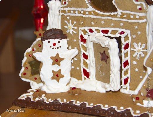Пряничный съедобный домик с елками, карамельными окошками и съемной крышей, под которой лежат подарки) фото 7