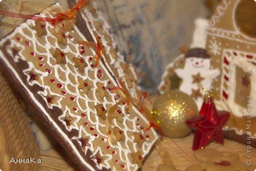 Пряничный съедобный домик с елками, карамельными окошками и съемной крышей, под которой лежат подарки) фото 5