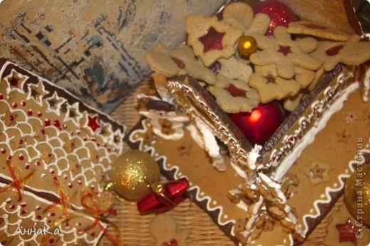 Пряничный съедобный домик с елками, карамельными окошками и съемной крышей, под которой лежат подарки) фото 4