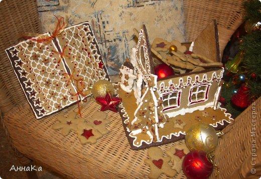 Пряничный съедобный домик с елками, карамельными окошками и съемной крышей, под которой лежат подарки) фото 3