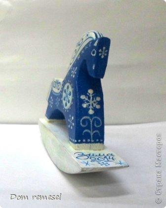 Новый 2014 год по восточному календарю – год синей деревянной лошади. Синий цвет символизирует глубину и высоту. Деревянная лошадь — это природная сила грациозности животного и силы живого дерева, которое способно пробиться сквозь невероятные преграды на пути к солнцу.   фото 5