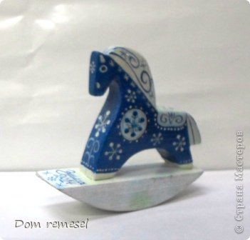 Новый 2014 год по восточному календарю – год синей деревянной лошади. Синий цвет символизирует глубину и высоту. Деревянная лошадь — это природная сила грациозности животного и силы живого дерева, которое способно пробиться сквозь невероятные преграды на пути к солнцу.   фото 6
