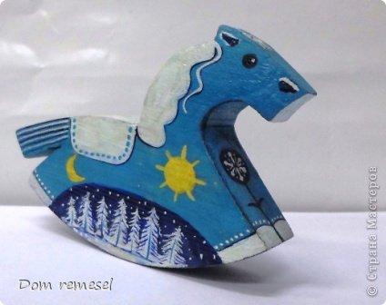 Новый 2014 год по восточному календарю – год синей деревянной лошади. Синий цвет символизирует глубину и высоту. Деревянная лошадь — это природная сила грациозности животного и силы живого дерева, которое способно пробиться сквозь невероятные преграды на пути к солнцу.   фото 7