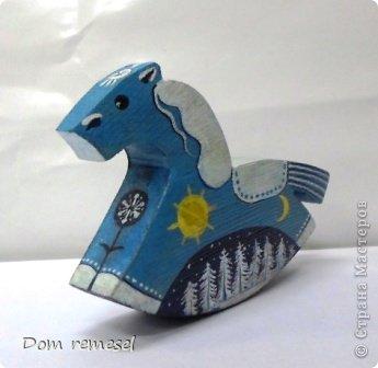 Новый 2014 год по восточному календарю – год синей деревянной лошади. Синий цвет символизирует глубину и высоту. Деревянная лошадь — это природная сила грациозности животного и силы живого дерева, которое способно пробиться сквозь невероятные преграды на пути к солнцу.   фото 8