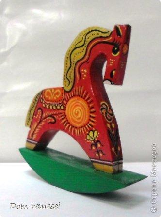 Новый 2014 год по восточному календарю – год синей деревянной лошади. Синий цвет символизирует глубину и высоту. Деревянная лошадь — это природная сила грациозности животного и силы живого дерева, которое способно пробиться сквозь невероятные преграды на пути к солнцу.   фото 12