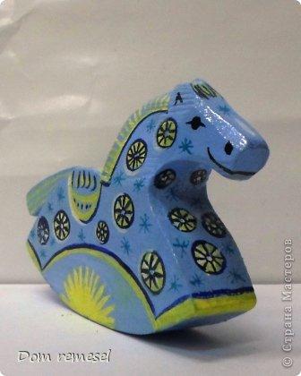 Новый 2014 год по восточному календарю – год синей деревянной лошади. Синий цвет символизирует глубину и высоту. Деревянная лошадь — это природная сила грациозности животного и силы живого дерева, которое способно пробиться сквозь невероятные преграды на пути к солнцу.   фото 13