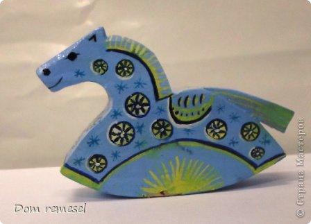 Новый 2014 год по восточному календарю – год синей деревянной лошади. Синий цвет символизирует глубину и высоту. Деревянная лошадь — это природная сила грациозности животного и силы живого дерева, которое способно пробиться сквозь невероятные преграды на пути к солнцу.   фото 14