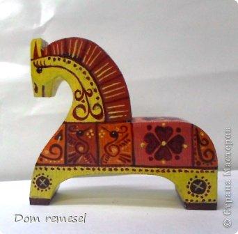 Новый 2014 год по восточному календарю – год синей деревянной лошади. Синий цвет символизирует глубину и высоту. Деревянная лошадь — это природная сила грациозности животного и силы живого дерева, которое способно пробиться сквозь невероятные преграды на пути к солнцу.   фото 2