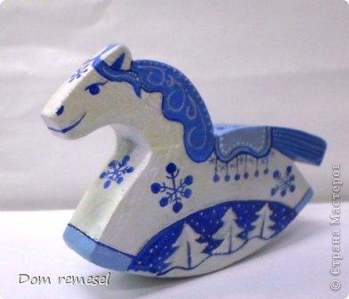 Новый 2014 год по восточному календарю – год синей деревянной лошади. Синий цвет символизирует глубину и высоту. Деревянная лошадь — это природная сила грациозности животного и силы живого дерева, которое способно пробиться сквозь невероятные преграды на пути к солнцу.   фото 15