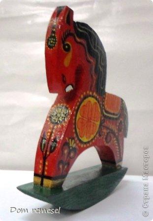 Новый 2014 год по восточному календарю – год синей деревянной лошади. Синий цвет символизирует глубину и высоту. Деревянная лошадь — это природная сила грациозности животного и силы живого дерева, которое способно пробиться сквозь невероятные преграды на пути к солнцу.   фото 16