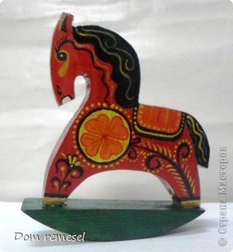 Новый 2014 год по восточному календарю – год синей деревянной лошади. Синий цвет символизирует глубину и высоту. Деревянная лошадь — это природная сила грациозности животного и силы живого дерева, которое способно пробиться сквозь невероятные преграды на пути к солнцу.   фото 17