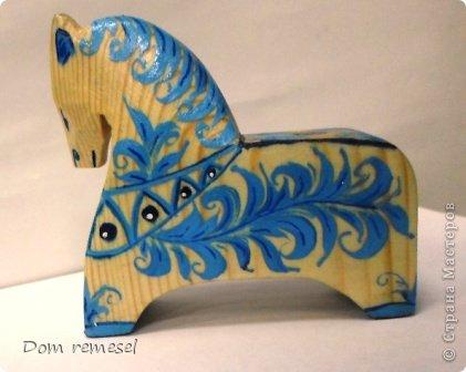 Новый 2014 год по восточному календарю – год синей деревянной лошади. Синий цвет символизирует глубину и высоту. Деревянная лошадь — это природная сила грациозности животного и силы живого дерева, которое способно пробиться сквозь невероятные преграды на пути к солнцу.   фото 23