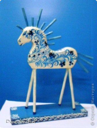 Новый 2014 год по восточному календарю – год синей деревянной лошади. Синий цвет символизирует глубину и высоту. Деревянная лошадь — это природная сила грациозности животного и силы живого дерева, которое способно пробиться сквозь невероятные преграды на пути к солнцу.   фото 26